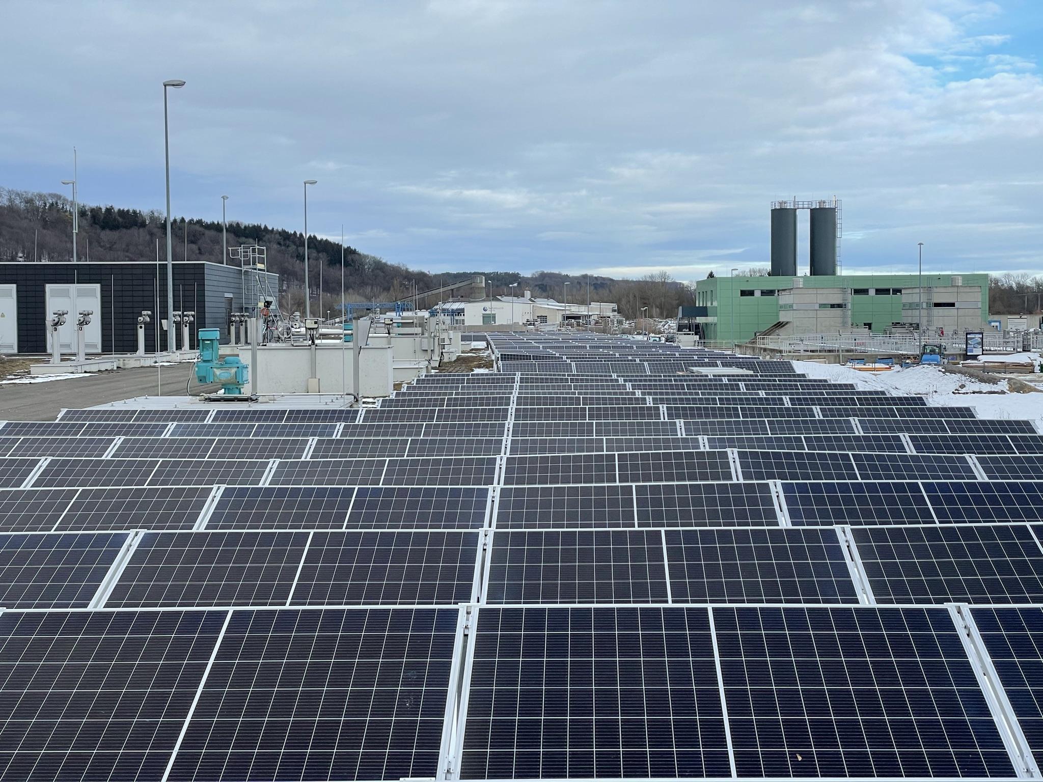 Photovoltaik Platten auf dem Gelände der Denifirikation
