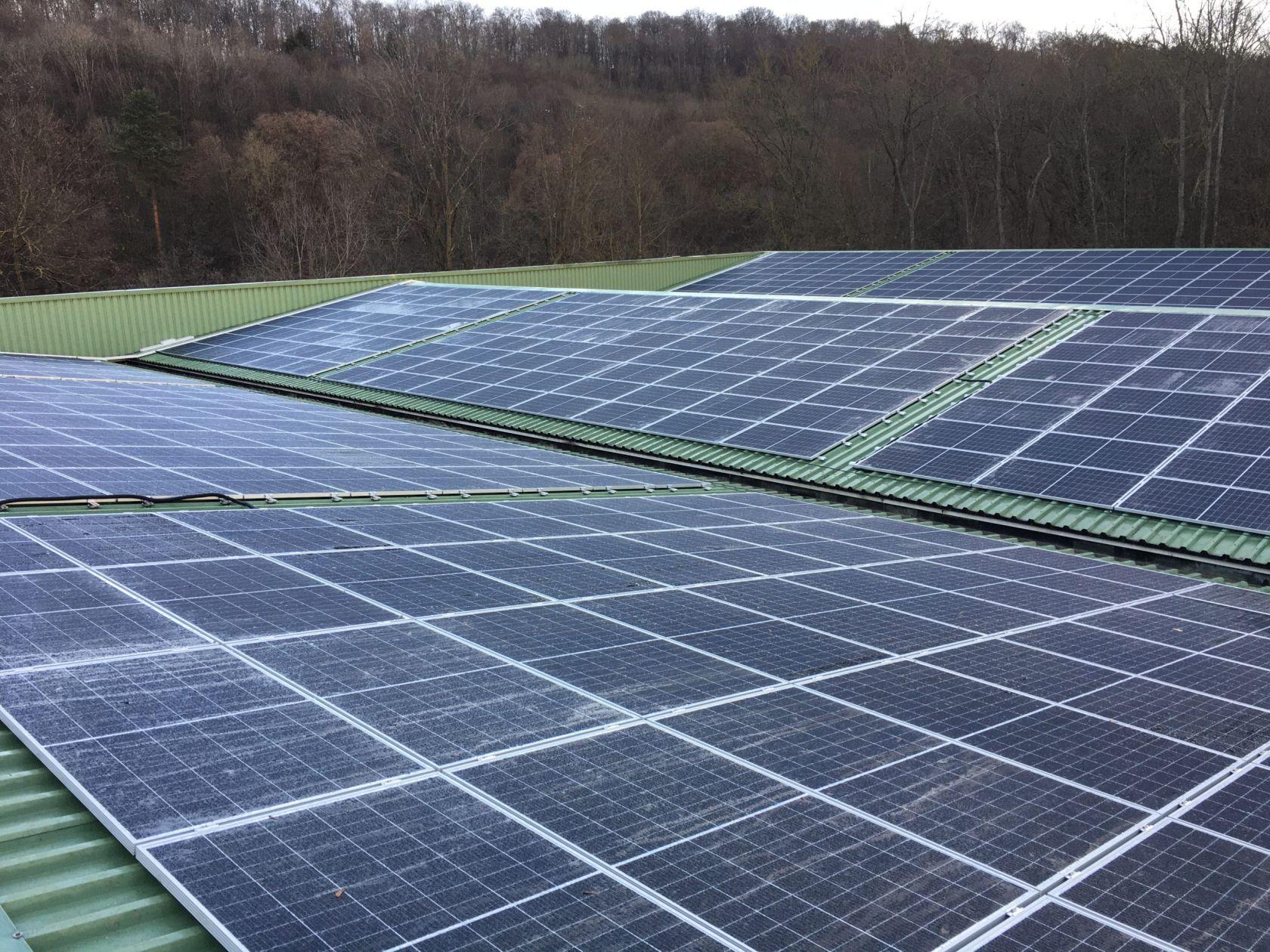 Photovoltaik Platten auf dem Dach der Lagerhallen