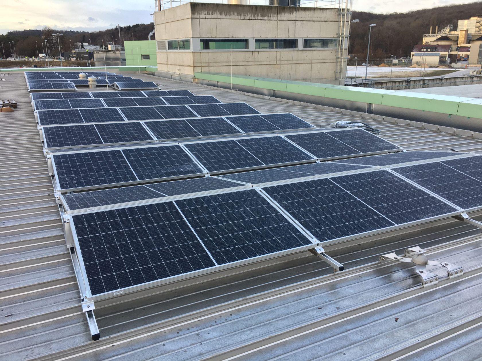 Photovoltaik Platten auf dem Dach des Sandfilters