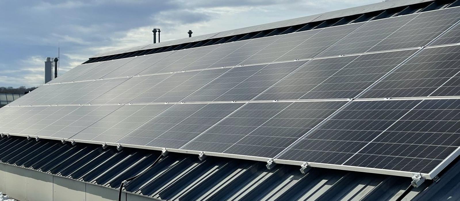 Photovoltaik Platten auf dem Dach des Rechengebaeudes